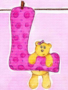 Cuadro bebe iniciales, con una osita con un lazo rosa sujetándose en la inicial de la niña colgada de una cuerda con una pinza, pintado a mano con pintura y acuarela, para la habitación o cuarto de los más pequeños de la casa. En este caso la inicial es la letra L y podría decorar de forma infantil la habitación de cualquier niña o bebé.