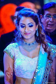 Wedding hairstyles indian engagement bridal hair for 2019 Saree Hairstyles, Open Hairstyles, Indian Wedding Hairstyles, Bride Hairstyles, Office Hairstyles, Stylish Hairstyles, Hairstyles Videos, Hairstyle Short, Short Hair