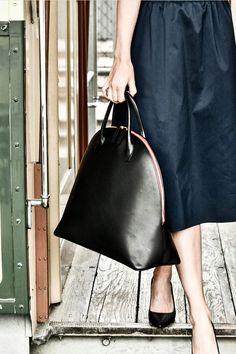 Black always works :-) Schwarz Handtasche mit Himbeerrotem Reissverschluss aus hochwertigem, vollnarbigen und pflanzlich gegerbtem Rindsleder. Waist Skirt, High Waisted Skirt, Rind, Elegant, Curvy, Bags, Design, Fashion, Handbags