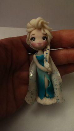 Statuina Elsa frozen realizzata interamente in fimo senza luso di stampi, nessuna parte dipinta. Altezza statuina circa 8 cm.