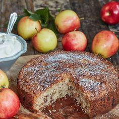En riktigt maffig äppelkaka med valnötter och russin som gärna serveras med vispad grädde.