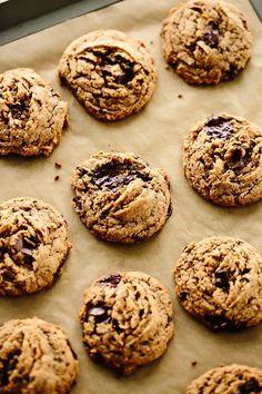 Vegan Tahini Chocolate Chunk Cookies Vegan Cake vegan cake recipe with soda Gourmet Cookies, Healthy Cookies, Healthy Sweets, Cookies Vegan, Vegan Dessert Recipes, Gourmet Recipes, Cookie Recipes, Snack Recipes, Snacks