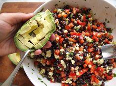 Salata cu fasole neagră aduce organismului foarte multe vitamine, fibre şi minerale.