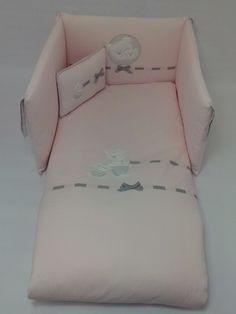 Conjunto de funda nórdica,relleno,protector y cojín para cuna de 120x60cm.Se confeccionó con piqué diamante rosa y lleva bordados aplicados ...