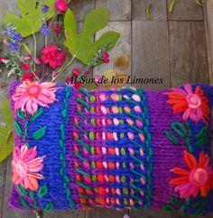 Sueño Bohemio! Crochet Home, Knit Crochet, Knit Pillow, Knitted Pillows, Textiles, Knitted Slippers, Handmade Home, Crochet Flowers, Girl Room