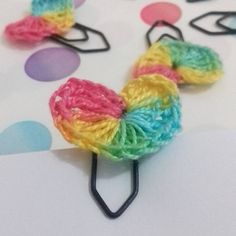 Mini-corações de crochê como marcadores de página.  #marcadores #marcadordepáginas #livros #papelaria #feitoàmão #brinde #crochê #bookmark #bookmarks #books #stationery #handmade #crafts #crochet #gift