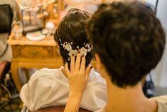 Virna e Gabriel | Casamento em Brasília com vestido de noiva Helen Salles. Na foto, penteado de noiva romântico. #casamento #wedding #noivas #bride #casamentosimples #casamentodossonhos #vestidodenoiva #weddingdress Gabriel, Crown, Fashion, Simple Wedding Updo, Dream Wedding, Brides, Bride Groom Dress, Up Dos, Beauty