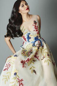 Aishwarya Rai Bachchan recently rocked the Cannes 2017 international film festival with her stunning looks. Aishwarya, who walked the Cannes red carp. Aishwarya Rai Photo, Actress Aishwarya Rai, Aishwarya Rai Bachchan, Deepika Padukone, Bollywood Actress, Bollywood Makeup, Bollywood News, Cannes 2017, Vogue India