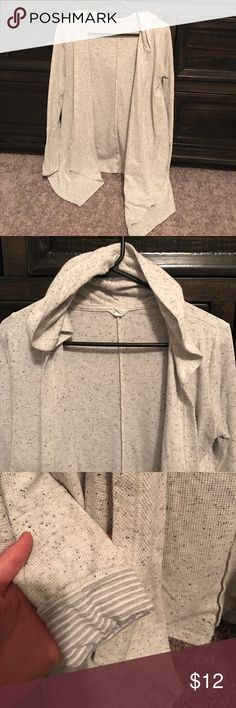 Aeropostale cascade hooded sweater. Small Aeropostale hooded sweater in a speckled grey. Cute inner beauty of the sleeve with the stripes. It was my favorite travel sweater! Good condition I have just worn it tons but you wouldn't be able to tell! Aeropostale Sweaters Cardigans