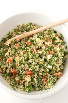 Salad recipes This quinoa tabbouleh is ready in 20 minutes and is the perfect meal to eat on the go. It's really easy to make and so nutritious. Cucumber Recipes, Vegetable Recipes, Salad Recipes, Vegetarian Recipes, Cooking Recipes, Healthy Recipes, Veggie Food, Cooking Tips, Comida Israeli
