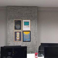 """O escritório ganha cor com os nossos pôsteres.  Abaixo as paredes vazias!  - Aqui já são alguns dos lançamentos de ontem: pôsteres """"Sputnik"""" e """"Thank You Steve"""".  - O projeto é do escritório @casahabitada que deixou o escritório da Mobile Saúde lindo!  - http://ift.tt/1dqyBxz (link na bio). #nacasadajoana #abaixoasparedesvazias #pôster #posters #quadros #enquadrados #design #decoração #decor #interiordesign #pinterest #meunacasadajoana #casa #lar #sputnik #stevejobs"""