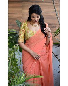 Simple Saree Designs, Simple Sarees, Fancy Blouse Designs, Saree Blouse Designs, Indian Bridal Outfits, Indian Designer Outfits, Bollywood Designer Sarees, Plain Saree, Saree Photoshoot