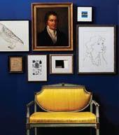 Marinteblå vegg mot en knallgul sofa kan gi et meget spennende uttrykk