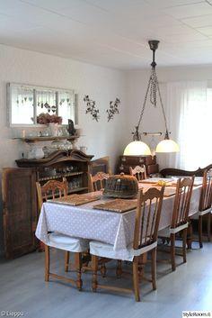 olohuone,vaalea,ruskea,rottinki,kristalli,valaisin,tuoli,pöytä,ruokapöytä,kaappi,vanha ikkuna,vanha ikkunanpoka,peili,maalaisromanttinen