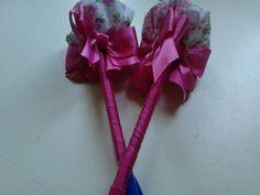 caneta com flor em tecido estampado, encapada  com fita de cetim e laços.várias combinações de cores!! R$ 8,00