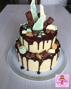 Drip cake dripping cake with kinder bueno, KitKat, merengues, chocolat bark and mini chocolat chip cookies