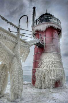 Todos os anos durante o inverno, as torres dos faróis do Lago Michigan, nos Estados Unidos, proporcionam cenas impressionantes que parecem ter saído de um filme de ficção.