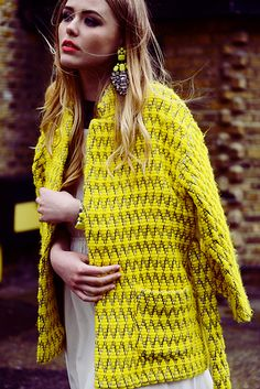 Love the matching earrings. Look vintage. Yellow Coat, Mellow Yellow, Bright Yellow, Looks Style, Style Me, Street Chic, Street Style, Street Fashion, Estilo Glamour