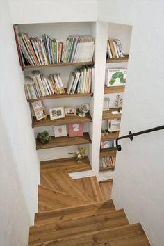 Ein schönes Einbau-Bücherregal kann das sonst relativ langweilige Treppenhaus aufpeppen und spart auch noch einiges an Platz!