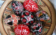 One exquisitely beautiful demonstration of traditional art you will certainly enjoy: Romanian painted Easter eggs Shape Art, Egg Shape, Ukrainian Easter Eggs, Ukrainian Art, Easter Season, Easter Traditions, Egg Art, Egg Decorating, Easter Crafts