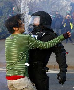 Symbolischer Zusammenstoß: ein Blockupy-Aktivist und ein Polizist am Mittwochmorgen nahe der EZB in Frankfurt