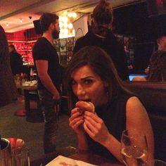Η ακομπλεξάριστη Δέσποινα Βανδή – Δείτε την να τρώει burger! (φωτό)