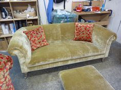 Chesterfield Sofa Westwood - Sofa mit Fußschemel - Moderne Chesterfield Sofa Interpretation - Erhältlich über Kippax of Yorkshire