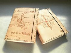 Dva kožené zápisníky na želanie na cesty svetom s kompasom, mapou sveta a menami #ardeas #dnestvorim #kozenyzapisnik #worldmap #pyrography #compass #travelbook #leatherwork #bookbinder #bookbinding #map #notebook