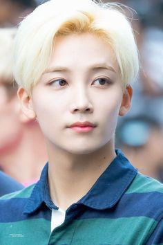 his blonde hair is so beautiful Wonwoo, The8, Seungkwan, Vernon, Jooheon, K Pop, Hip Hop, Jeonghan Seventeen, Seventeen Debut