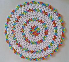 Sousplat Tutti Frutti - Best Sewing Tips Crochet Mat, Crochet Rug Patterns, Crochet Mandala Pattern, Crochet Dollies, Crochet Circles, Crochet Pillow, Crochet Round, Crochet Squares, Filet Crochet