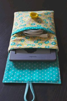 Sewing a lovely Kindle case (pictures) - ipad - Ideas of ipad - Kindle case by Katie Wagner picture 7 Sewing Tutorials, Sewing Hacks, Sewing Patterns, Doll Patterns, Katie Wagner, Capas Kindle, Fabric Crafts, Sewing Crafts, Pochette Portable
