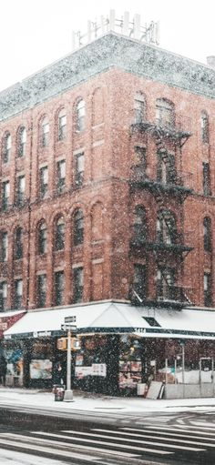 Anyone else feel like Christmas in a big city is so romantic? At least that's what Hallmark movies are telling me. New Year Wallpaper, Lit Wallpaper, Winter Wallpaper, Tumblr Wallpaper, Iphone Wallpaper, Winter Images, Winter Pictures, Christmas Lights Wallpaper, Cityscape Wallpaper