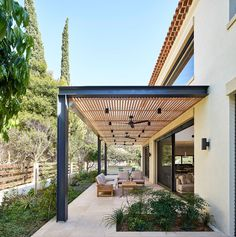 Provence-Villa mit einer modernen Wendung - Besten Deko, Provence-Villa mit einer modernen Wendung While old in strategy, the actual pergola have been suffering from a contemporary renaissance these types of days. Pergola Canopy, Outdoor Pergola, Wooden Pergola, Backyard Pergola, Pergola Shade, Cheap Pergola, Pergola Lighting, Covered Pergola Patio, Outdoor Lighting
