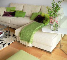 Para la zona de estar, se eligió un sofá con chaise longue, que marca el paso a la terraza sin entorpecer la entrada de luz natural. Como se aprecia en la imagen, la altura de la mesa auxiliar coincide con la del resposabrazos del sofá (un aspecto a  Sofa da cao cao, Sofa da cao cấp bán ở Thanh Nhàn http://soloha.vn/sofa-da-cao-cap.html