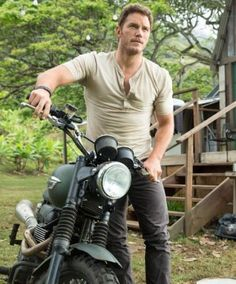 "Chris Pratt's ""Jurassic World"" trailer actually looks AWESOME"