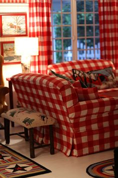 Home of Maria Starzyk.Red and white! Tartan, Deco Champetre, Red Rooms, White Cottage, Red Gingham, White Decor, My Living Room, Country Decor, Country Living