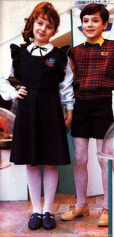 Russische Mdchen in Schuluniform  Jungs in Strumpfhosen