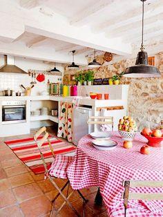 Une cuisine rustique avec juste ce qu'il faut de couleurs pour la rendre joyeuse !