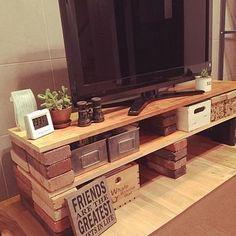 元々、売られているものでは自分のお家のインテリアに合わなかったり、高さや大きさが微妙に違ったりすることありますよね?そんな時は、簡単なDIYに挑戦してみましょう♪ こちらは、レンガと板を積み重ねてお気に入りのテレビ台をDIY。レンガの質感と、無機質な収納ボックスなどが男前インテリアを演出します。