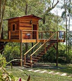 Tree house: projects that will revive this childhood dream Tree House Designs, Tiny House Design, Cubby Houses, Play Houses, House In The Woods, My House, Pole House, Tree House Plans, Pergola