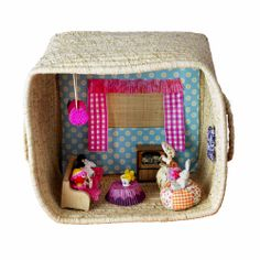 Montag - Artesanato -You can find Artesanato and more on our website. Cube, Lunch Box, Barbie, Dolls, Design, Home Decor, Dollhouse Ideas, Website, Popsicle Stick Houses
