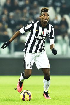 Paul Pogba Photos - Paul Pogba of Juventus FC in action during the Serie A match between Juventus FC and Hellas Verona FC at Juventus Arena on January 2015 in Turin, Italy. - Juventus FC v Hellas Verona FC World Football, Football Kits, Football Soccer, Juventus Fc, Good Soccer Players, Football Players, Fifa, Soccer Tumblr, Hair