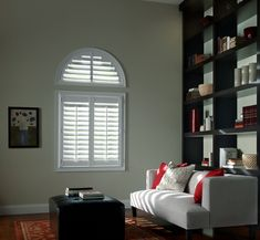 I really liked the curved window at the top of this room. The shutters are also a really nice touch. Windows with shutters like this would look great with the plans I have for my living room renovations. Hunter Douglas Shutters, Contemporary Window Treatments, Types Of Shutters, Shaped Windows, Arched Windows, Blinds Design, Faux Wood Blinds, Interior Shutters, Shades Blinds