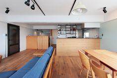 アクセントウォール、パステルカラー、ダイニング、リビング、カフェ風、ナチュラル、無垢フローリング、オーク材、リノベーション、中古でリノベ、対面式キッチン Conference Room, Loft, Interior, Table, Tokyo, House, Furniture, Design, Home Decor