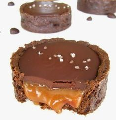 Chocolate Salted Caramel Tart recipe by mishitza (I hope someone makes this for me! There are 3 other recipes that are mighty tempting. Tartelette Chocolat Caramel, Salted Caramel Tart, Salted Chocolate, Caramel Pudding, Chocolate Tarts, Chocolate Icing, Chocolate Covered, Just Desserts, Delicious Desserts