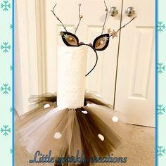 Hirsch Kostüm beinhaltet: Tutu Rock mit weißen Kreisen auf sie. Ein Reh Stirnband mit Ohr und Sticks drauf & Blume am Stirnband.