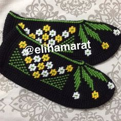 This Pin was discovered by Hul Smocking Patterns, Instagram Story, Instagram Posts, Knitted Slippers, Diy And Crafts, Cross Stitch, Beanie, Photo And Video, Knitting