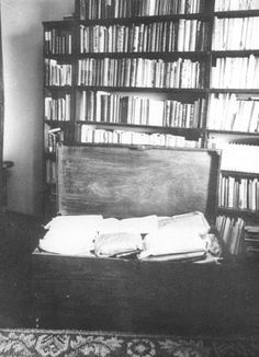 Fernando Pessoa's trunk of writings World Of Books, My Books, Portuguese Language, Never Sleep, Green Landscape, Book Projects, Creating A Blog, Critic, More Than Words