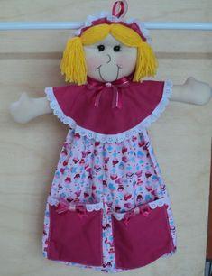 Essa boneca charmosa foi feita para ser usada como porta fraldas e porta trecos ou mesmo como porta calcinhas, para decoração em quartos infantis, pode ser pendurada no berço ou mesmo em paredes. A boneca feita em feltro toda caseada, a mão com enchimento de fibra siliconada, detalhes em tecido ... Doll Crafts, Cute Crafts, Baby Knitting Patterns, Plastic Bottle Crafts, Sewing Baskets, Craft Organization, Rompers, Summer Dresses, Dolls