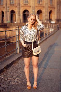 Outfit - Bluse kombiniert zum sexy Mini Rock und Sandalen mit Stickerei - Entdecke jetzt den ganzen Look auf CHRISTINA KEY - dem Fashion, Fotografie, Food und Blogger Tipps Blog aus Berlin
